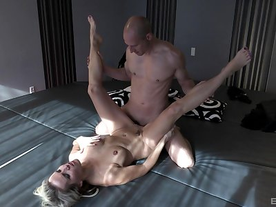 Julia Left side pleasures a fit hunk with will not hear of wet mouth with an increment of pussy