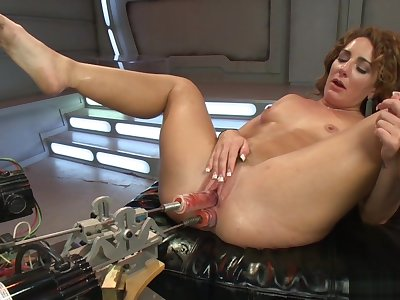 Crinkly brunette fucks dp utensil