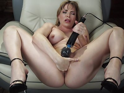 Mature toys pussy and uses fuck machine for her tight bore